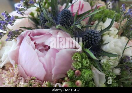 Un bouquet de mariée romantique, blowsy en rose, blanc et bleu