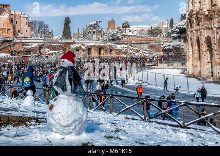 Rome, Italie. 26 Février, 2018. La neige à Rome, Colisée Colisée avec de la neige sur les arbres