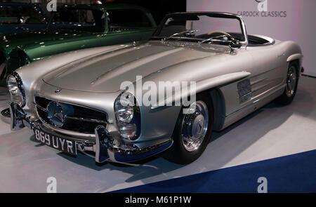 Trois-quart vue frontale d'un 1957, d'argent, Mercedes-Benz 300 SL Roadster exposé au Salon de voitures 2018 Banque D'Images