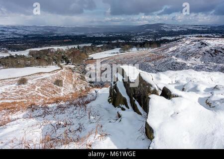 Donnant sur la vallée de Wharfedale Ilkley Moor avec le Chevin sur la droite et Burley-en-Wharfedale ci-dessous Banque D'Images