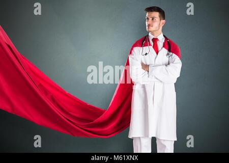 Portrait de jeune médecin du super-héros en cape rouge Banque D'Images