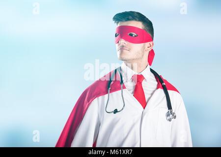 Portrait de jeune médecin en costume de super-héro contre le fond de ciel Banque D'Images