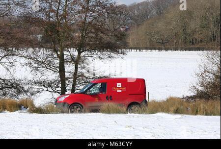 Un postier dans son van à la réception dans la neige dans Clayton, Sussex de l'Ouest . 28 févr. 2018 James Photo Banque D'Images