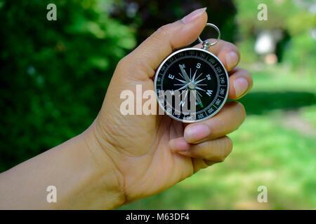 Hand holding compass, pour la recherche le chemin, travel concept pour votre arrière-plan ou de votre conception. Banque D'Images