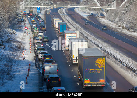Ashford, Kent, UK. 28 Février, 2018. Météo France: bête de l'Est. La neige à Ashford, dans le Kent. Les banlieusards sont précairement au volant il n'y voie sur la ville. Neige compacte rend les conditions de conduite très difficile. Sur la photo est le M20 Londres en direction. Crédit photo: PAL / Alamy Images Live News
