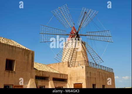 Le Mulino d'Infersa (moulin de Infersa) wind mill, Ettore salines, Salins della Laguna, Masala, en Sicile. Banque D'Images