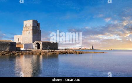 Photos et images de la Torre San Teodoro (Saint Teodoro Tower) fortification défensive à l'entrée de la Saline della Banque D'Images