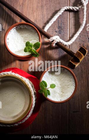 Lassie ou lassi en terre cuite verre - Lassi est une boisson froide indienne authentique composé de lait caillé Banque D'Images