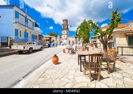 Village Grec traditionnel sur l'île de Zakynthos avec table et chaises en face d'une taverne dans l'ouest de la Banque D'Images