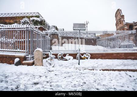 Un beau jour de neige à Rome, Italie, 26 février 2018: une belle vue de Colosseum