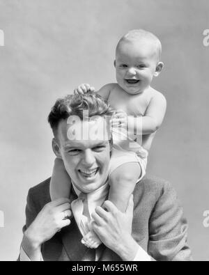 1930 LAUGHING FATHER CARRYING BABY FILS SUR SES ÉPAULES COMME KID TIRE LES CHEVEUX de Papa - b13399 HAR001 HARS Banque D'Images