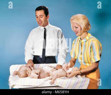 1960 Mère et père de couche LITS BÉBÉS couches en tissu sur la table à langer - kb4649 HAR001 HARS VIEUX TEMPS OLD Banque D'Images