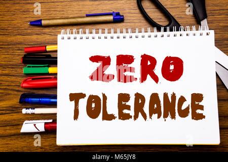 Mot, écrit la tolérance zéro. Concept d'entreprise pour la politique de la punition écrite sur ordinateur portable, Banque D'Images