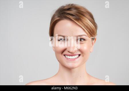Concept de rajeunissement de la peau. Femme avant et après intervention cosmétique, traitement anti-âge Banque D'Images