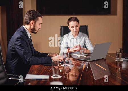 Boss femme de parler à l'équipe d'affaires Banque D'Images