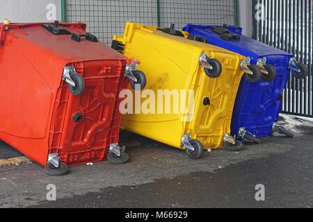 Trois conteneurs de recyclage tourner sur le côté Banque D'Images