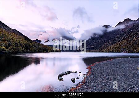 Lake Gunn au lever du soleil avec des réflexions, Fiordland, île du Sud, Nouvelle-Zélande - art numérique Banque D'Images