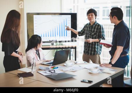 Asian businesswoman discuter et réfléchir avec les jeunes offres de man dans la salle de réunion. Entreprise La société coopérer avec externaliser concept travailleur.