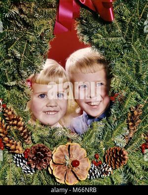 1960 SMILING BLONDE Garçon et fille frère ET SŒUR, À L'INITIATIVE DE COURONNE DE NOËL - kx3225 HAR001 HARS BROTHERS Banque D'Images
