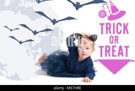 Costume Halloween. Little girl in costume cat pour l'Halloween Banque D'Images