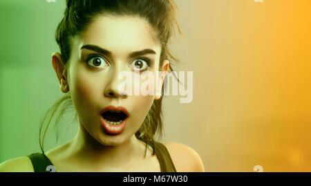 Face à l'expression de choc surpris jeune femme Banque D'Images