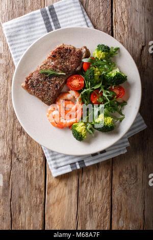 Juteux délicieux steak au barbecue et crevettes salade de légumes avec gros plan sur la plaque. Surf and Turf style. Banque D'Images