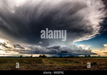 L'approche d'un orage au dessus du champs avec des nuages cumulus nimbus