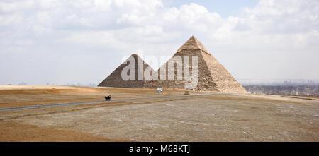Une vue sur les pyramides de Gizeh à la recherche vers Le Caire. Banque D'Images