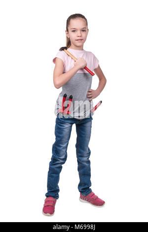Portrait of a Girl builder avec un marteau sur l'épaule isolé sur fond blanc Banque D'Images