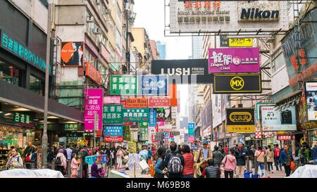 18 février 2018 - Hong Kong. Vue de jour de zone encombrée appelé Mong Kok dans le district de Yau Tsim Mong. Banque D'Images