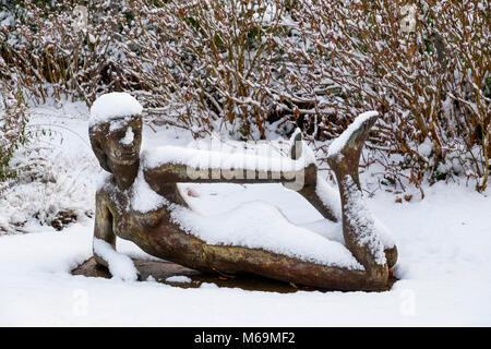 Neige scène. Sculpture dans le parc de la mairie, Troinex, demain je vais à la presse à imprimer, le nombre d'exemplaires du livre le changement climatique voulez-vous?