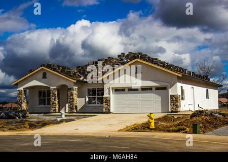 Presque terminé Une histoire à la maison avec des matériaux de toiture en haut Banque D'Images