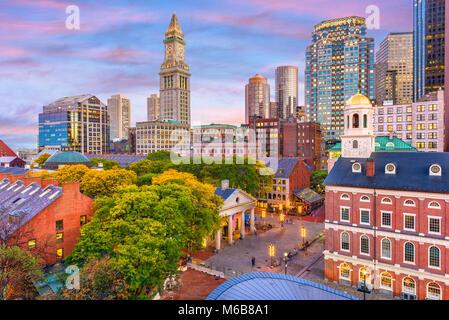 Boston, Massachusetts, USA skyline avec Quincy Market et Faneuil Hall. Banque D'Images