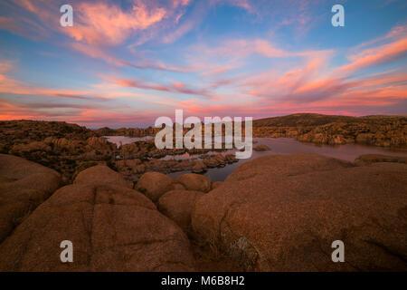 Coucher de soleil sur Watson Lake près de Prescott, en Arizona.