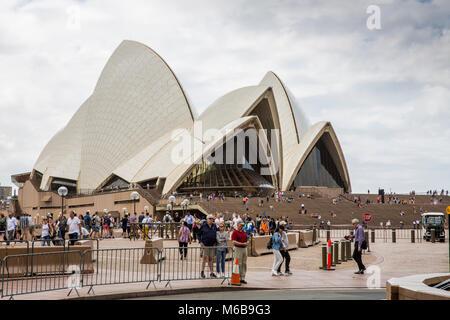 Avis de touristes en visite à l'Opéra de Sydney, Australie Banque D'Images