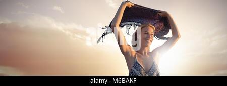 Jeune femme terrifiée en grosse tempête, Debica, Pologne · Portrait of  woman holding foulard en l air Banque D Images d8ea9e0f6b3