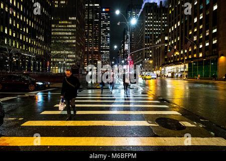 New York City, USA, midtown nuit sombre soir rue illuminé avec des voitures du trafic routier, les personnes qui Banque D'Images
