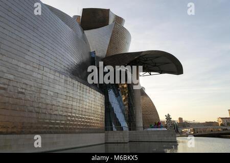 Le Guggenheim Museum, inauguré le octobre 18,1997, est l'un des plus grands musées en Espagne. Banque D'Images