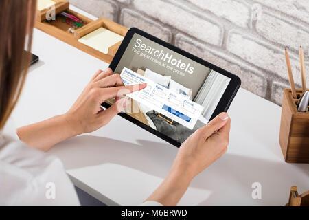 Close-up of a Woman Recherche en ligne hôtels sur tablette numérique