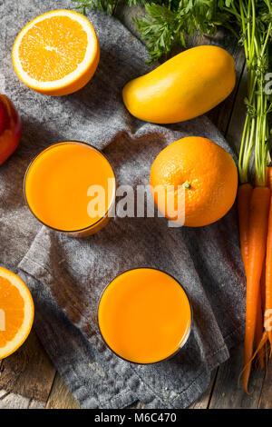 Smoothie carotte orange organique saine boisson de jus de mangue et de banane avec Banque D'Images