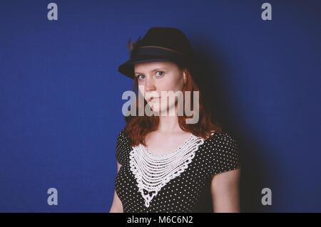 Jeune femme portant chapeau et robe vintage Banque D'Images