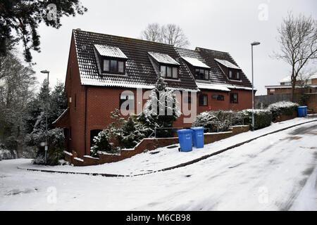 Une mauvaise isolation du toit sur ces maisons, Norwich Feb 2018 UK Banque D'Images