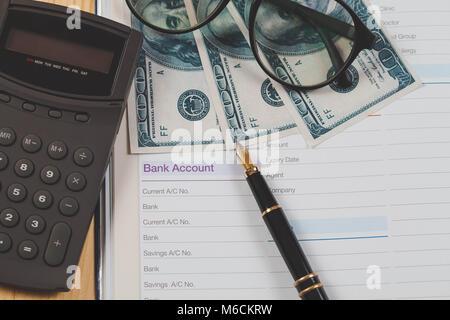 Compte en banque livre note avec stylo pour la situation financière des entreprises Banque D'Images