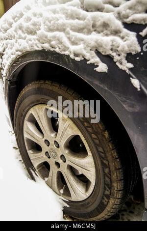 Arrière-plan de la neige: Neige sur un véhicule après une tempête hivernale/blizzard. Conditions de conduite dangereuses. Banque D'Images