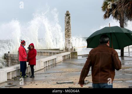 Lisbonne, Portugal. 2e Mar, 2018. Un couple faire un au cours de la forte houle selfies qui se ressent à Paco De Banque D'Images