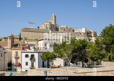 Ibiza, Espagne - juin 3, 2016: Vue de la cathédrale de Santa Maria d'Eivissa en haut de la Dalt Vila (Ville Haute) Banque D'Images
