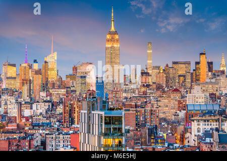 La ville de New York, USA Manhattan skyline at Dusk.