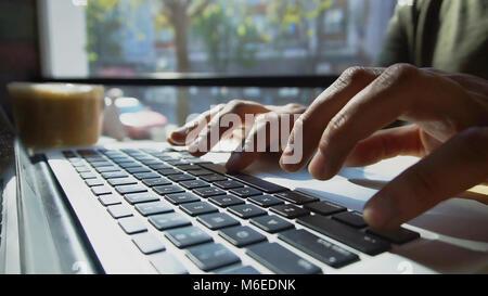 À la recherche d'informations utiles sur Internet Banque D'Images