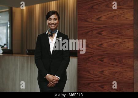 Portrait of happy female chef de comité permanent sur le lieu de travail. Femme souriante réceptionniste travaillant Banque D'Images