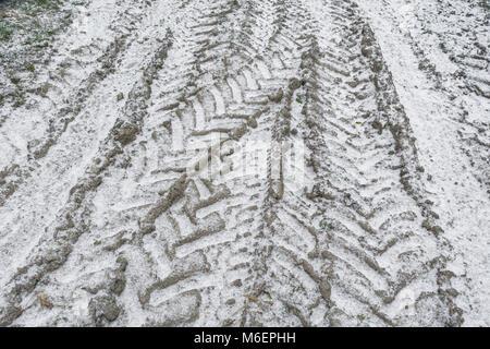 La neige a couvert les traces de pneus du tracteur au cours de 'bête de l'Est' - sont susceptibles de perturber Banque D'Images